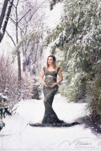 Photographe future maman sous la neige de Paris