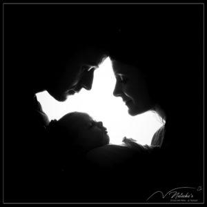 Photographe naissance : Séance photo bébé en contre-jour en noir et blanc en Ile de France