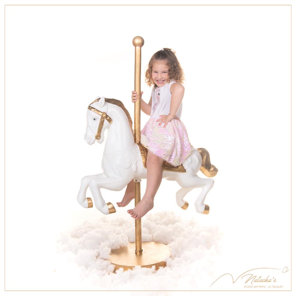 Photographe enfants : séance photo sur licorne magique en studio dans le Val de Marne