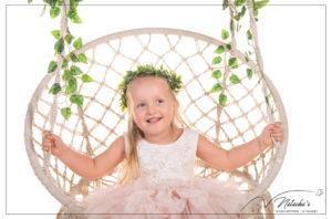 Shooting petite fille avec balançoire en studio photo en Ile-de-France