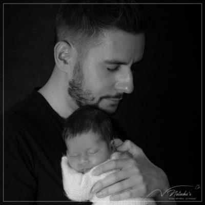 Photographe naissance dans le Val de Marne : bébé avec papa en noir et blanc