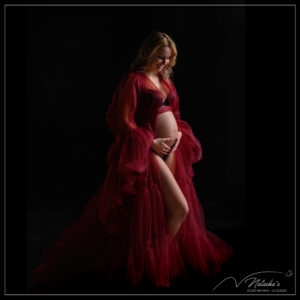 Séance photo future maman en robe rouge dans le Val de Marne
