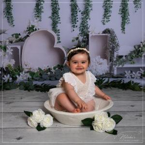 Séance photo bébé avec des fleurs en studio dans le Val de Marne