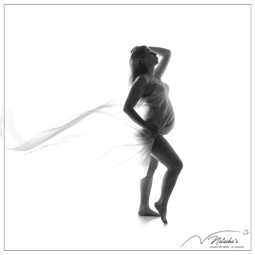 Shooting grossesse en contre-jour avec voile blanc dans le Val de Marne