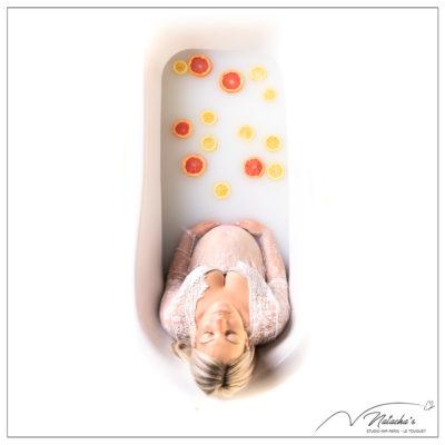 Photographe grossesse en région parisienne : bain de lait avec agrumes