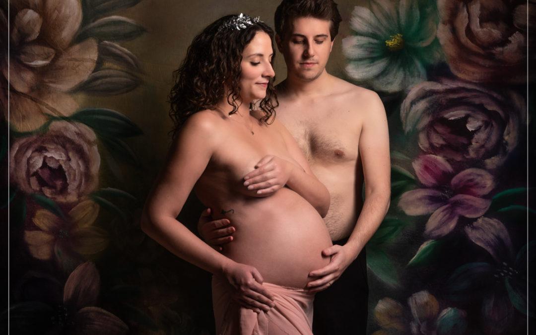 Shooting grossesse sur fond à fleurs dans le 94