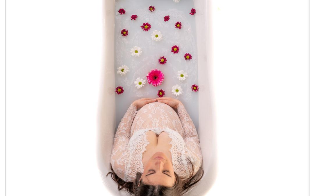 Photographe grossesse : séance photo bain de lait dans le Val de Marne