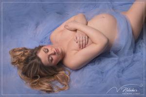 Shooting photo Grossesse avec du tulle bleu dans le Val de Marne